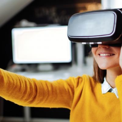 1 kvinna med VR-glasögon